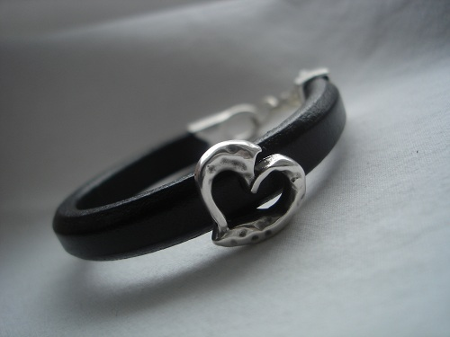 Funky Look regaliz leather bracelet with a hammered heart