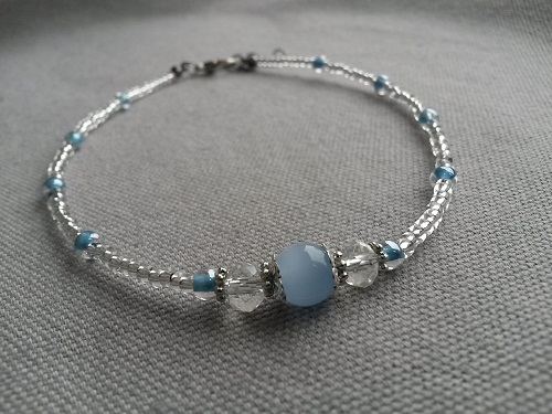 Anklet adjustablein blue and transparent glass beads