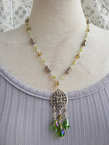 Green short y-necklace with pendant glass beads