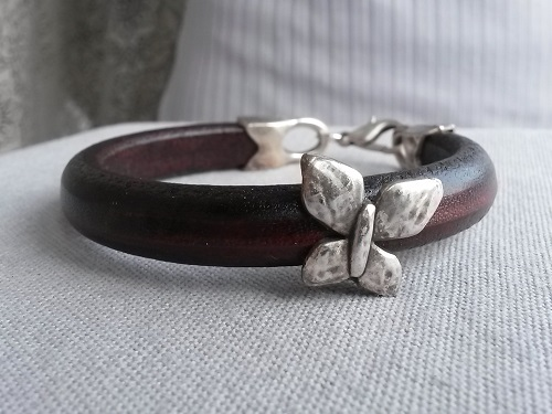 Regaliz brown leather bracelet with a butterfly